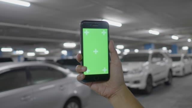 vídeos y material grabado en eventos de stock de parking: chroma key en mano - garaje