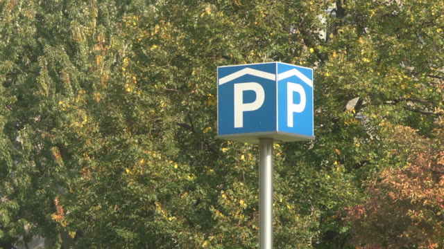 parking garage sign - parken stock-videos und b-roll-filmmaterial