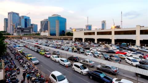 vídeos y material grabado en eventos de stock de estacionamiento y edificios junto a chatuchak mercado en bangkok. - cargar