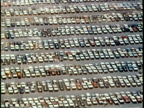 1963 montage dissolve parking lot/ busy traffic on highways / chicago, united states / audio - industria dell'automobile video stock e b–roll
