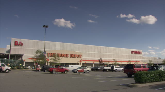 ws parking lot in front of palisades center mall shopping center, bjs, the home depot and target stores / west nyack, new york, usa - parken stock-videos und b-roll-filmmaterial