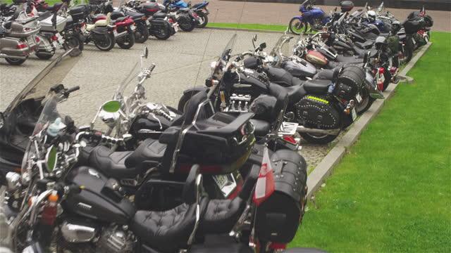 上から見える駐車場。連続してオートバイ - 大きい点の映像素材/bロール