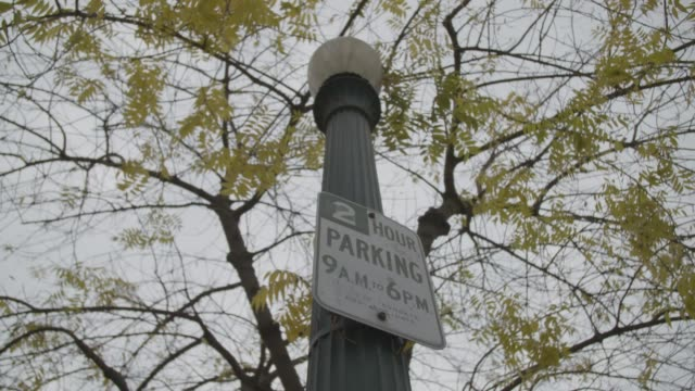 stockvideo's en b-roll-footage met parking sign under tree in fresno, low angle medium shot - fresno californië