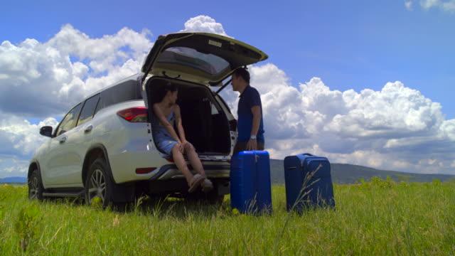 キャンプのための駐車場 広い自然エリアで休暇中にリラックスする。 - アウトドア点の映像素材/bロール
