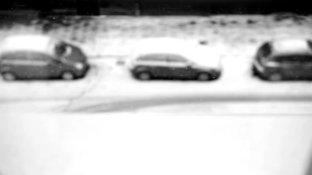 stockvideo's en b-roll-footage met parking, venster bekijken, snowing sneeuw, zwart-wit - parkeren