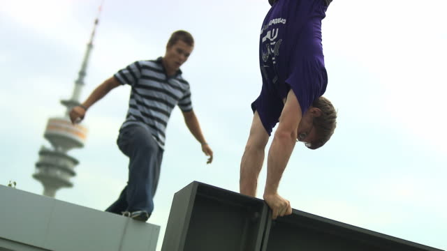vidéos et rushes de parkour, man rund and jump, man do a handstand - souplesse