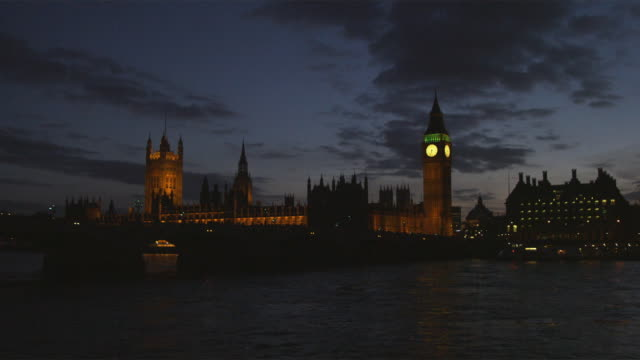 ws parliament building across thames river at night, london, united kingdom - parliament building stock videos & royalty-free footage