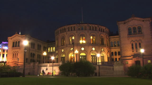ws, parliament building illuminated at night, oslo, norway - regierungsgebäude stock-videos und b-roll-filmmaterial