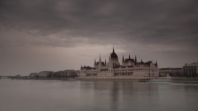 vídeos de stock e filmes b-roll de parliament building on the danube - cultura da europa de leste
