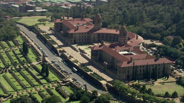 vídeos de stock, filmes e b-roll de aerial ws parliament building, pretoria, gauteng, south africa - edifício do parlamento
