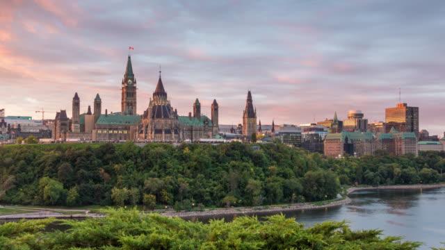 vídeos de stock e filmes b-roll de parliament hill in ottawa, ontario, canada at sunset - parliament hill ottawa