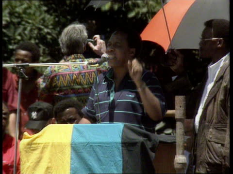 vidéos et rushes de parliament opens apartheid itn tgv mass anc demos chanting and running towards cms hani standing speaking at mics and leading chant pull out mass anc... - apartheid