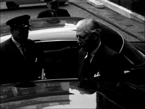 vidéos et rushes de london downing street ext harold macmillan along from number 10 to waiting car car along and past big ben and houses of parliament various... - parlement britannique