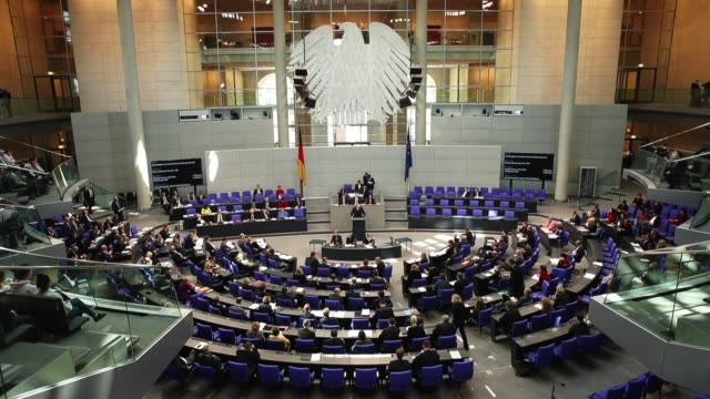 parliamentarians attend a session of the bundestag, the german parliament, on march 1, 2018 in berlin, germany. german authorities announced... - politik stock-videos und b-roll-filmmaterial