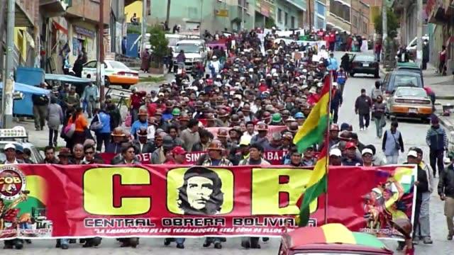 paro y marchas por mejoras salariales voiced paro y marcha por salario en bolivia on april 11 2012 in la paz bolivia - sindicatos stock videos & royalty-free footage