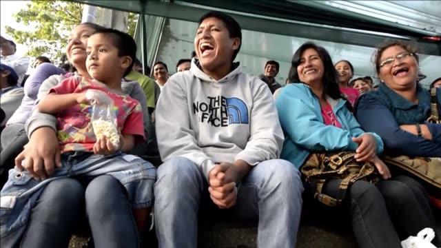 vídeos de stock, filmes e b-roll de parodia humor y diversion para grandes y chicos ofrecen los comicos ambulantes peruanos que desde hace cuatro decadas mantienen un espectaculo... - sátira