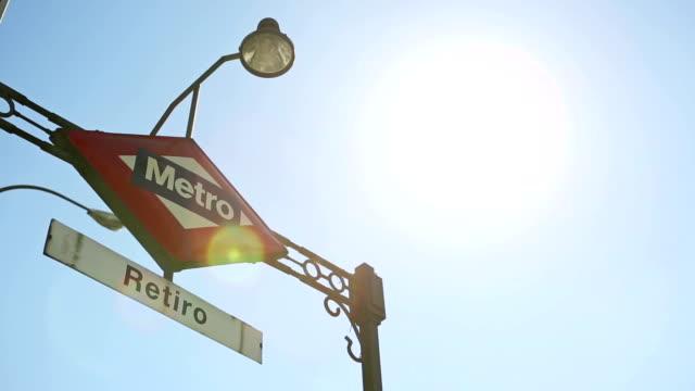 vídeos de stock e filmes b-roll de parque do bom retiro entrada de estação de metro em madrid - portão