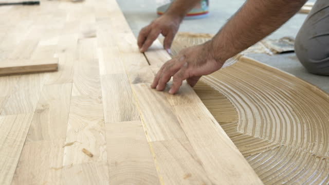 vidéos et rushes de installation de parquets - planche de bois