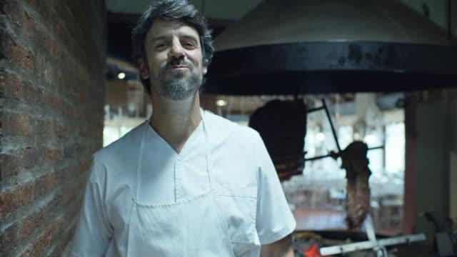 vídeos y material grabado en eventos de stock de parrilla chef cortar y muestrear carne - un solo hombre