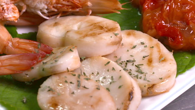 parsley leaves on the scallop (korean food) - grigliare video stock e b–roll