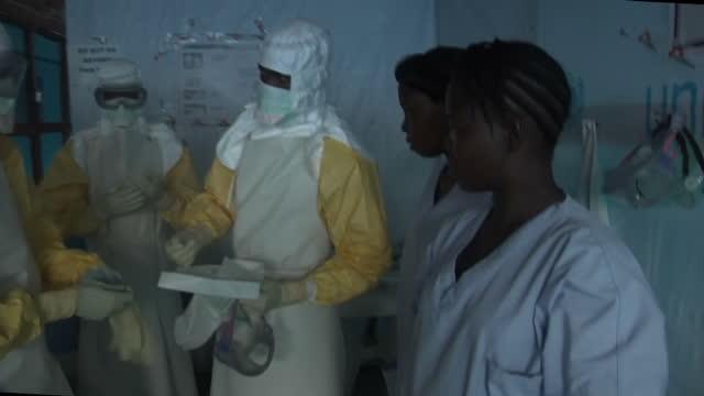 vídeos y material grabado en eventos de stock de part 1 of 3 interiors showing ebola victim being treated in makeshift hospital doctors dressed in full contamination suits spray ebola case victim... - ébola