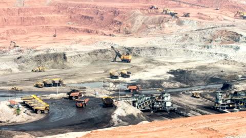 stockvideo's en b-roll-footage met deel van een put met grote mijnbouw vrachtwagen werken - mijnindustrie