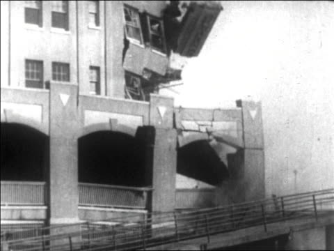 part of hotel collapsing / long beach, california / newsreel - 1926年点の映像素材/bロール