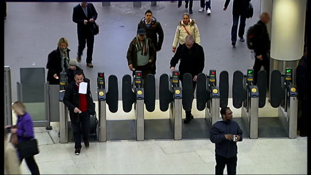 part time london commuters could be in line for cheaper rail fares; r08011308 / england: london: waterloo: commuters going through ticket barrier... - ランベス点の映像素材/bロール