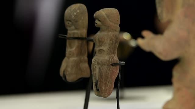 parte de una coleccion muy importante de mas de 500 piezas arqueologicas prehispanicas repatriadas a ecuador desde alemania se presento el jueves en... - arqueologia stock videos & royalty-free footage