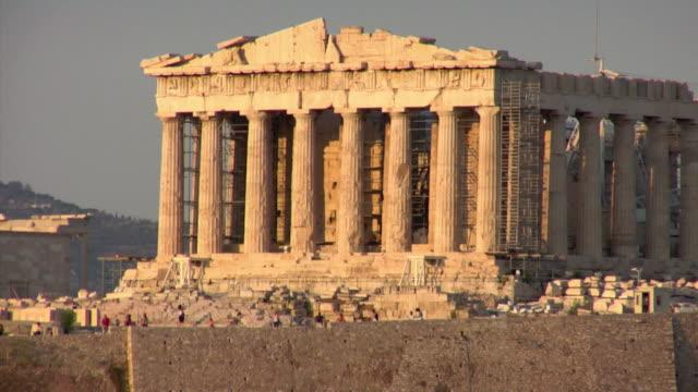 vídeos de stock, filmes e b-roll de 2008 ms parthenon with scaffolding around portico and tourists in foreground / athens, greece - partenão acrópole