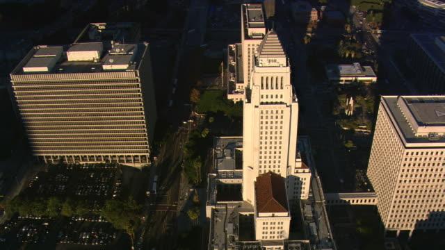 stockvideo's en b-roll-footage met partial orbit of los angeles city hall. shot in 2008. - artbeats