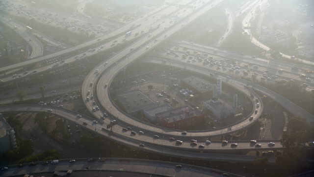 partial-cloverleaf interchange in los angeles, california. - luftverschmutzung stock-videos und b-roll-filmmaterial
