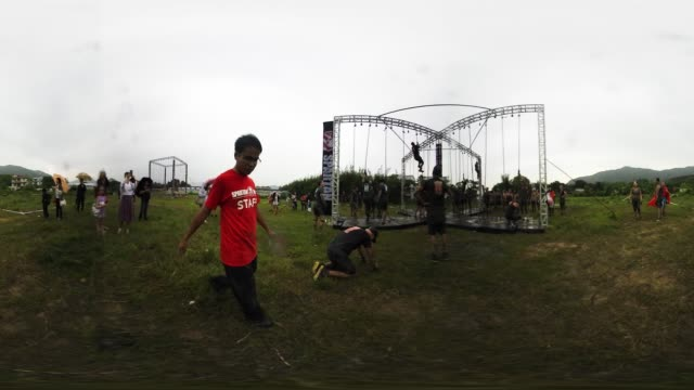 vídeos y material grabado en eventos de stock de participants attempt the rope climb in hong kong's spartan race - mp4