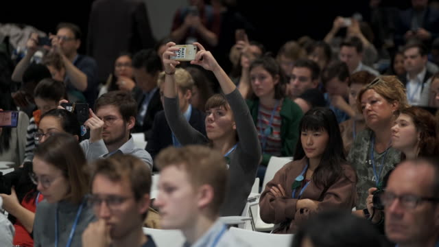 vidéos et rushes de participants attend a fridays for future press conference on day three at the unfccc cop25 climate conference on december 4, 2019 in madrid, spain.... - press conference