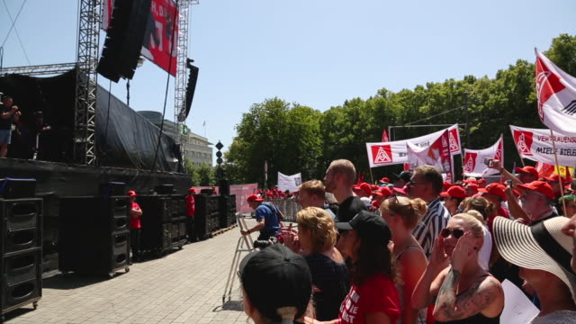 stockvideo's en b-roll-footage met participants demonstrate at a protest organized by the ig metall trade union on june 29 2019 in berlin germany ten thousand metal workers from all... - vakbond