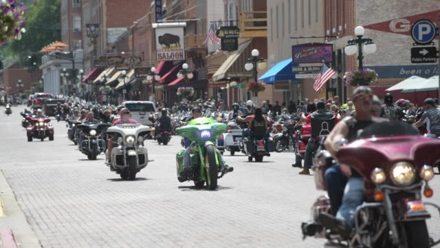 vídeos de stock, filmes e b-roll de participants gather during the 80th annual sturgis motorcycle rally on august 8, 2020 in sturgis, south dakota. while the rally usually attracts... - dakota do sul