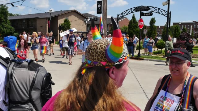 """vidéos et rushes de participants in a gay pride parade pass and one holds a sign reading, """"love always wins,"""" jeffersonville, indiana. - rivière ohio"""