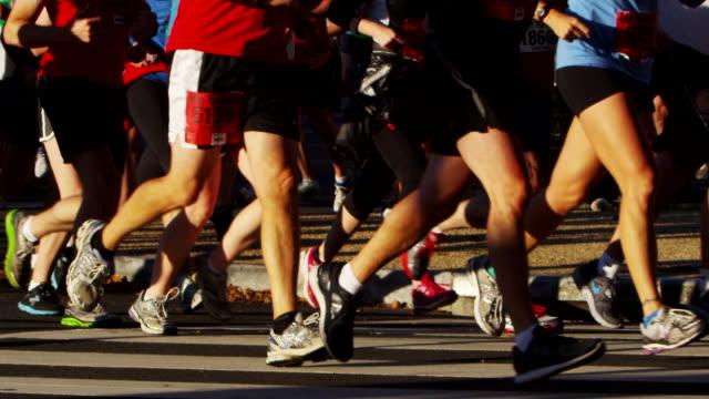 vídeos y material grabado en eventos de stock de participants in the u.s. army marathon wear a variety of shoes and athletic apparel. - paso largo