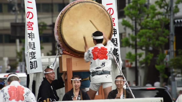 participants perform japanese drums during a festival in tokyo japan on sunday august 16 people wait to view a portable shrine to be carried to the... - 太鼓点の映像素材/bロール