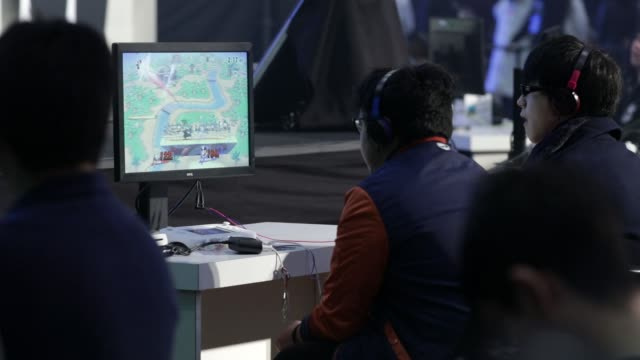 participants play nintendo co's super smash bros brawl game during the tokaigi game party japan esports competition at the makuhari messe convention... - 出場者点の映像素材/bロール