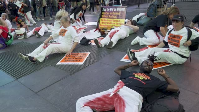 vidéos et rushes de participants simulate being dead during a die-in during a pro-life supporters rally in times square, manhattan new york city, usa .advocates rallied... - promulguer