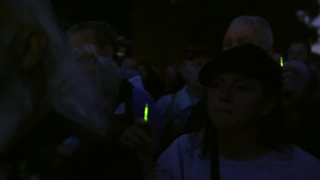 "stockvideo's en b-roll-footage met pan participants sing ""god bless america"" during a candlelight vigil at the vietnam veterans memorial prior to the memorial day weekend may 23 2014... - vietnam veterans memorial"