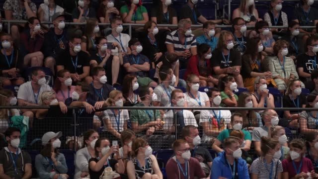 participants wearing ffp2 protective face masks attend a restart-19 covid transmission risk assessment study in a concert setting at an indoor arena... - stabilimento sportivo video stock e b–roll
