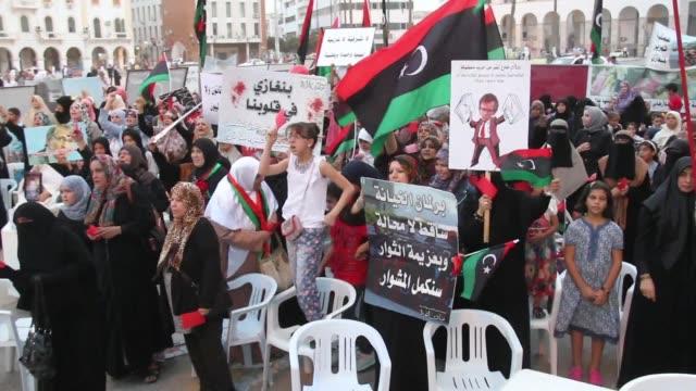 partidarios de las dos principales facciones rivales que se disputan el poder en libia criticaron el acuerdo de un gobierno de unidad nacional... - naciones unidas stock videos & royalty-free footage