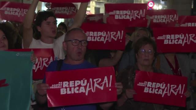 vídeos de stock e filmes b-roll de partidarios independentistas en cataluna se manifestaron el miercoles contra la toma de control de madrid de los poderes regionales y para exigir que... - exigir