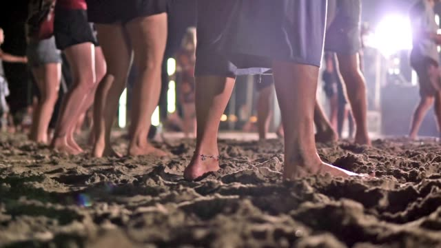vídeos de stock e filmes b-roll de parties in asia: feet dancing at night beach party - festa