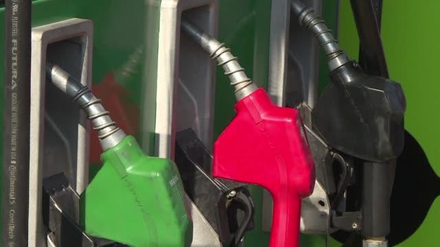 a partir del 1 de enero el precio de los combustibles en mexico aumentara hasta 201% y las gasolinas hasta 165% asi lo informo el ministerio de... - gasolina stock videos & royalty-free footage
