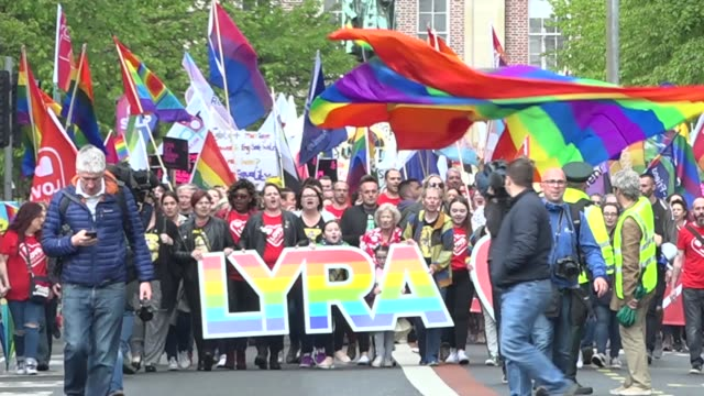vidéos et rushes de partner of lyra mckee leads thousands of activists campaigning for same-sex marriage to be legalised in northern ireland; northern ireland: belfast:... - irlande du nord