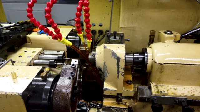 vídeos de stock e filmes b-roll de parts are made on a swiss screw machine (also known as an automatic lathe0 at makerite manufacturing on october 07, 2019 in roscoe, illinois.... - trabalho de metal
