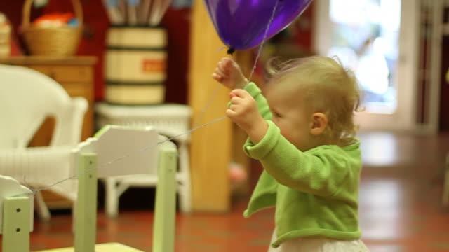 vídeos de stock e filmes b-roll de balão de festa - vida de bebé